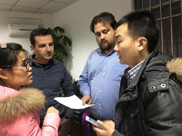 优尼科人员和外国客户交谈
