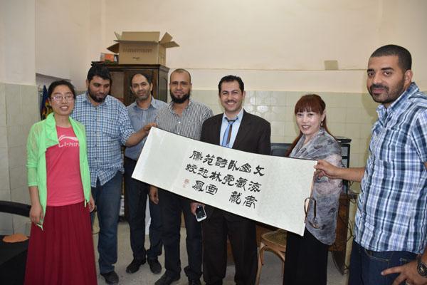 优尼科人员与国外客户合作